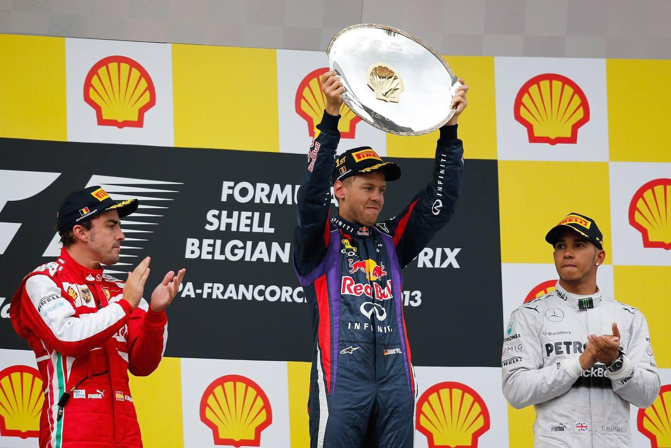 Vettel gana por aplastamiento en Spa