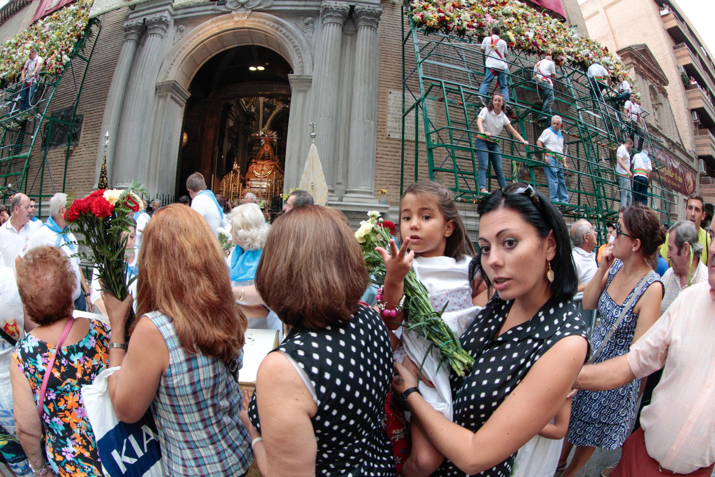La ofrenda floral a la Virgen de las Angustias (II)